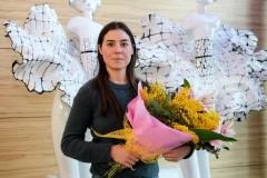 Melissa Helml con il mazzo di fiori dono di Confartigianato
