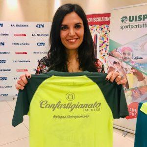 Annabella Saracino di Confartigianato mostra la nuova maglia della StraBologna 2020
